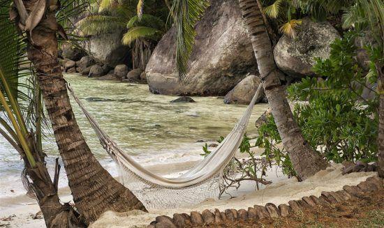 Eine Hängematte am Strand auf den Seychellen