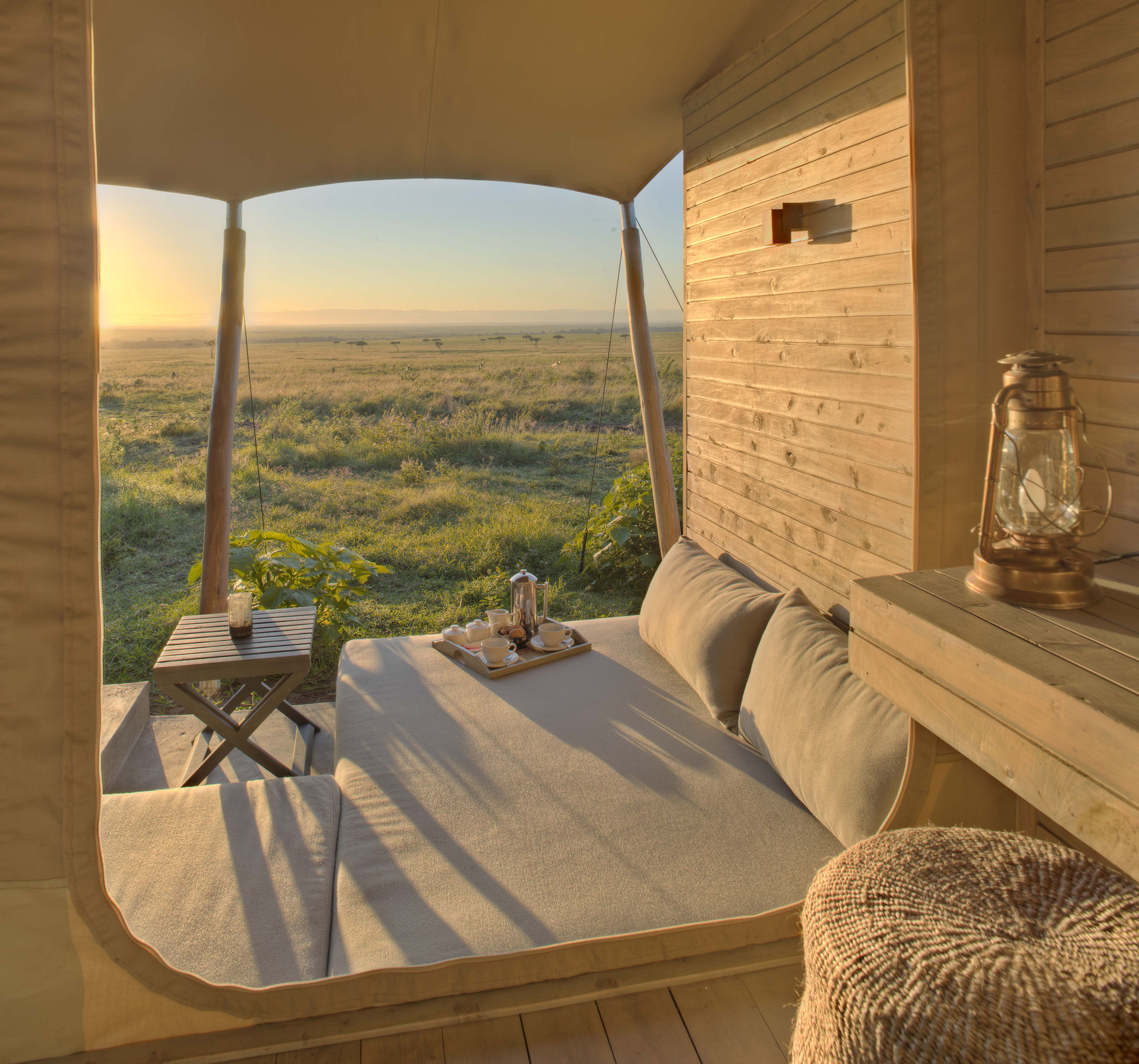 Vista desde una lujosa carpa del amanecer sobre la sabana.