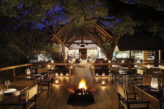 Abendessen bei Lagerfeuer in den Baumkronen im Londolozi Tree Camp