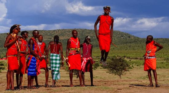 Homens Maasai realizando o adamu, um rito de dança de passagem para guerreiros