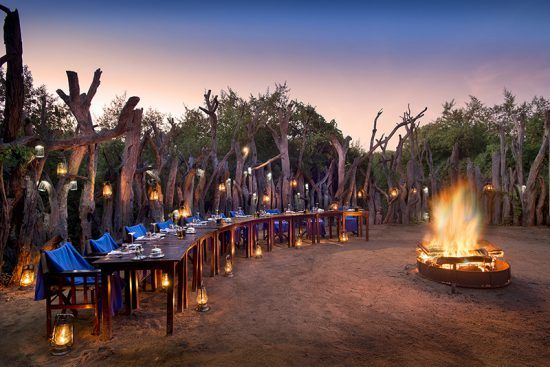 Traditionelle Boma mit romantischer Beleuchtung in der Royal Chundu River Lodge