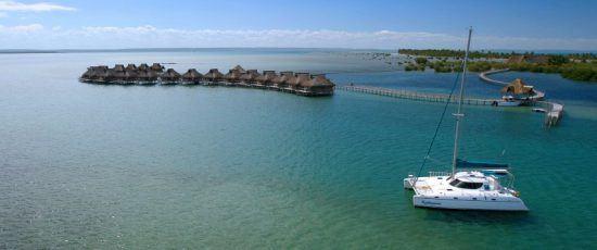 Vogelperspektive auf Hütten direkt an der Küste von Mosambik