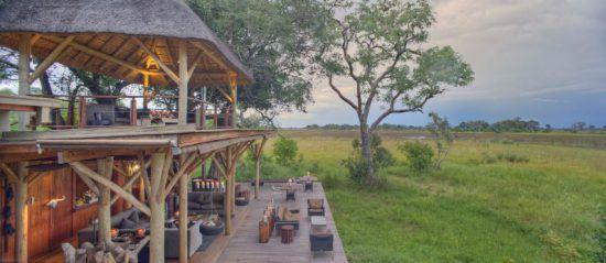 Aussichtsdeck und Essbereich der zweistöckigen Xudum Okavango Delta Lodge mitten im Busch