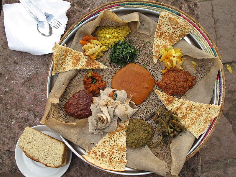 Äthiopisches Gericht mit Fladenbrot und Curry
