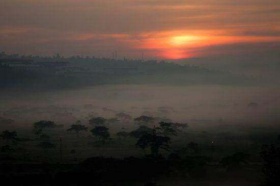 Paisagem enevoada ao nascer do sol em Ruanda, África Oriental