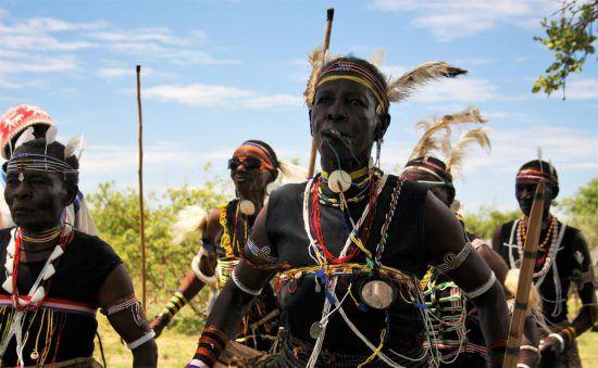 Männer in traditioneller Tracht in Tansania