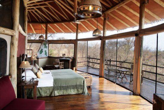 Schlafbereich mit Aussicht in der Tarangire Treetop Lodge