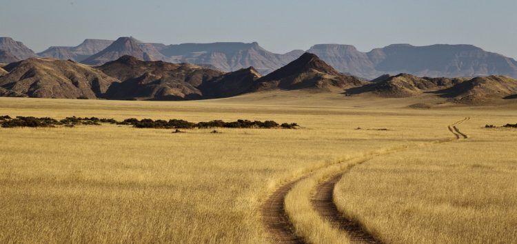 Plaine et montagnes entre pics et sommets plats dans le Damaraland.