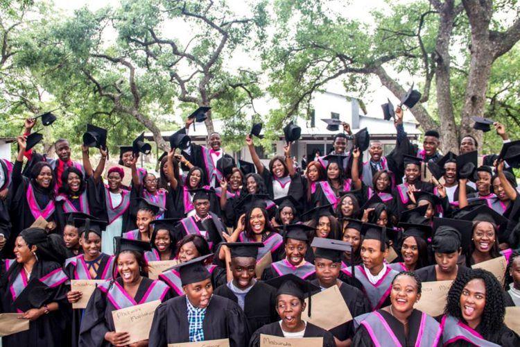 Cérémonie de remise de diplôme par l'Association Good Work foundation