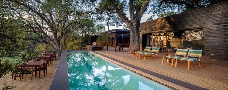 Langer Pool, Sonnenliegen und Sonnendeck der Hauptlodge von Silvan Safari
