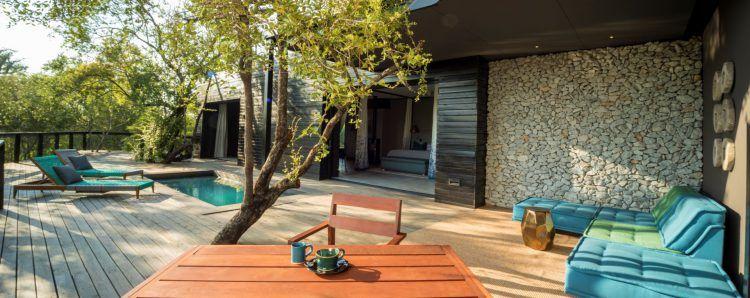 Suite et terrasse privative dans le lodge safari de Silvan dans la réserve privée de Sabi Sand.