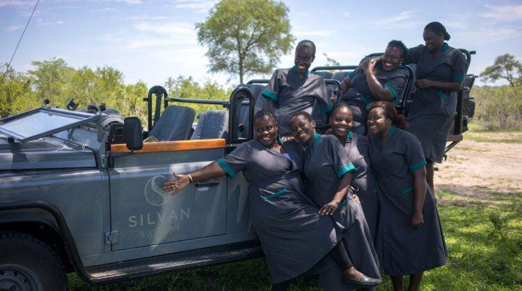 Staff Silvan, photo de groupe de l'équipe de Silvan Safari devant un 4x4 dans la savane lors d'un safari.