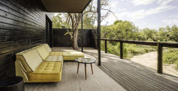 Terrasse de la suite Cassia avec vue directe sur la savane à Silvan Safari.