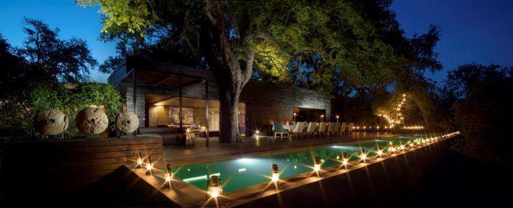 Deck principal du lodge Silvan de nuit, animé par la lumière des bougies