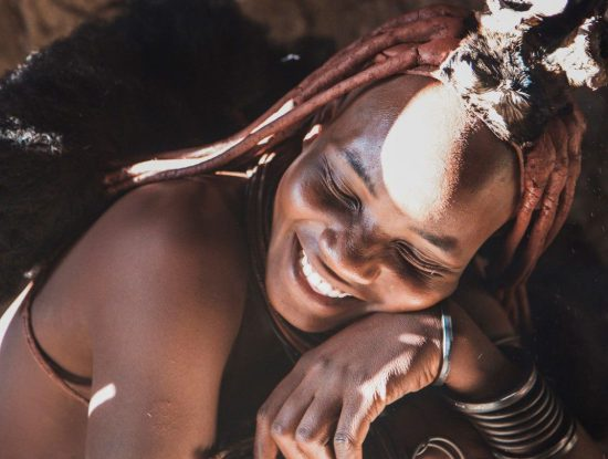 Jeune femme Himbas, peuple de Namibie en Afrique aux nombreux proverbes africains.