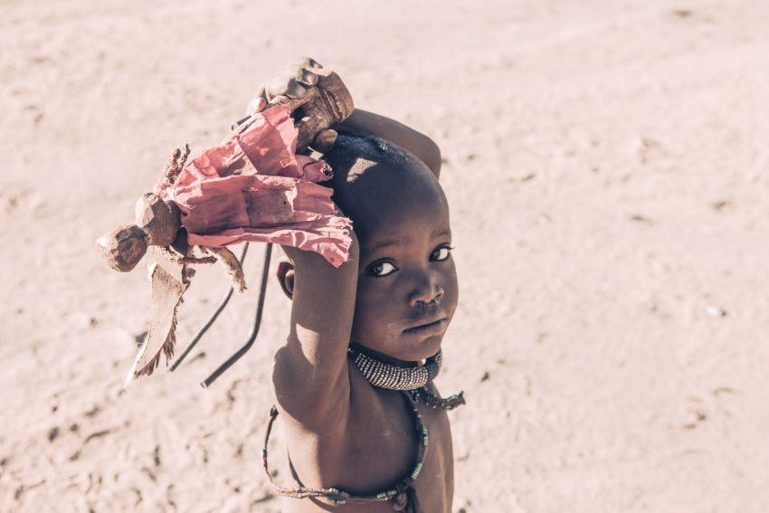 Schüchterne Himba in Namibia