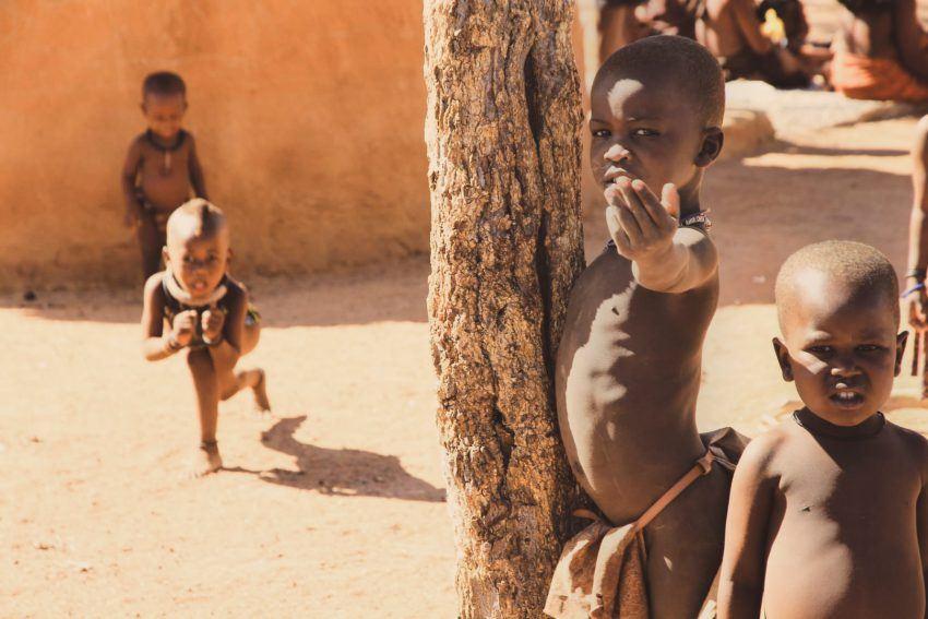 Kinder im Himba-Dorf in Namibia