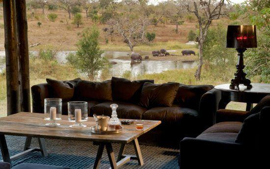 Lounge mit Sicht auf ein Wasserloch