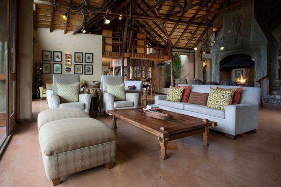 Die offene Lounge einer eleganten Safari-Lodge - Lukimbi Safari Lodge
