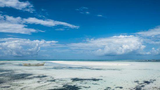 weißer Sandstrand und tropische Gewässer