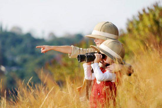 Crianças desfrutando de sua própria aventura de safári