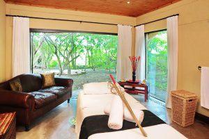 Chambre du Jock Safari Lodge avec vue sur la brousse