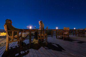 Vue de la terrasse du Kulala Desert Lodge à la nuit tombée