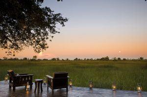 Vue du Delta de l'Okavango au soleil couchant depuis la terrasse du Nxabega Okavango tented camp
