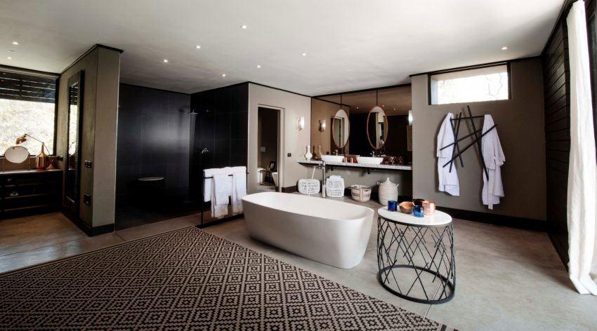 Baño con ducha y bañera en Silvan Safari, Kruger, Sudáfrica