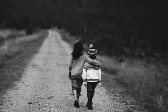 Kinder gehen davon, schwarz-weiss