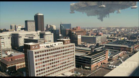 """Uma captura de imagem do filme """"District 9"""" com o horizonte de Joanesburgo invadido por uma nave espacial"""