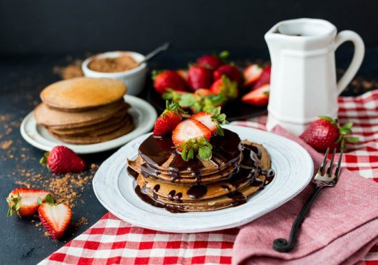 Pfannkuchen auf Frühstückstisch