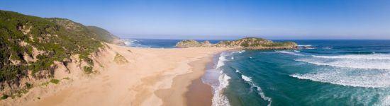 Sandstrand und Wellen