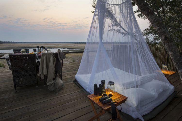 Little Makalolo Camp et terrasse extérieure sur la brousse entre dîner et nuit à la belle étoile