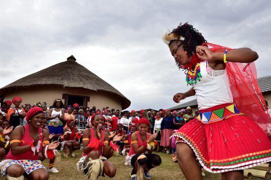 Zulu-Frauen führen einen traditionellen Tanz auf