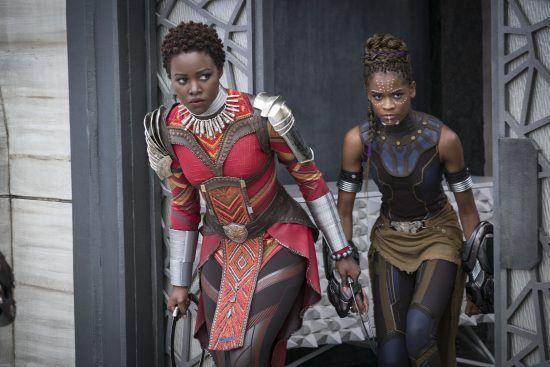 """Lupita Nyong'o e Letitia Wright em cena do filme """"Black Panther"""" (Matt Kennedy/Marvel Studios-Disney via AP)"""