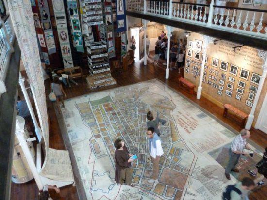 Empfangshalle des interaktiven District Six Museums in Kapstadt