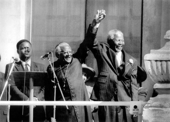 Nelson Mandela und Desmond Tutu vor einer Menschenmenge