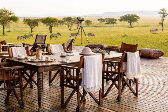 ein Tisch mit Sesseln in der Wildnis