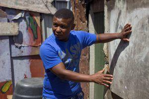 Guide faisant visiter le township de Langa