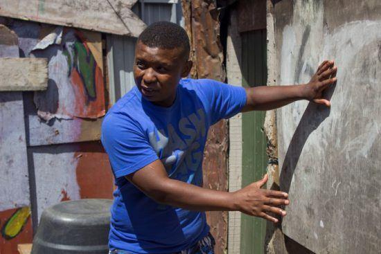 Don zeigt Gästen wie erfinderisch die Bewohner in Langa beim Bau ihrer Häuser sind