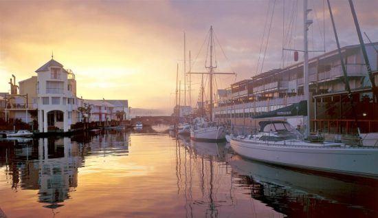 Knysnas Waterfront mit Yachten bei Sonnenuntergang