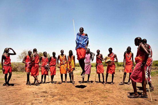 Peuple Massaï marchant dans les plaines du Masai Mara au Kenya en habits traditionnels.