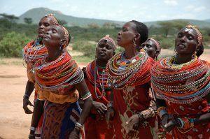 Femmes maasaï entonnant un chant rituel lors d'une cérémonie