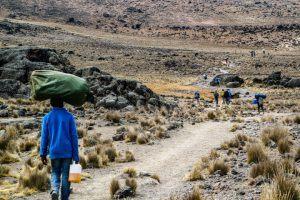 Afrikanische Träger helfen bei der Kilimandscharo-Besteigung