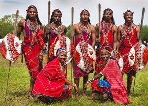 Jeunes guerriers maasaï en tenue d'apparât