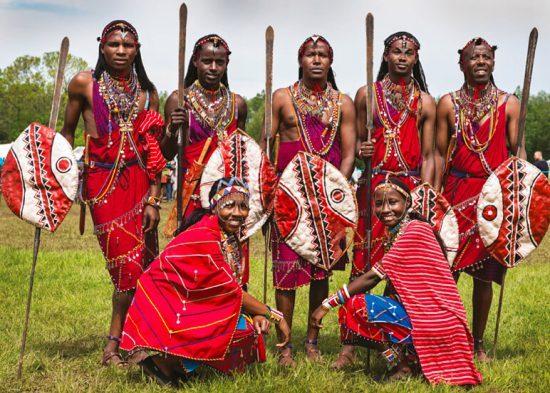 Un grupo de jóvenes Masái posando ante la cámara