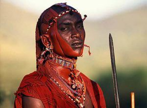 Jeune guerrier maasaï en tenue d'apparât