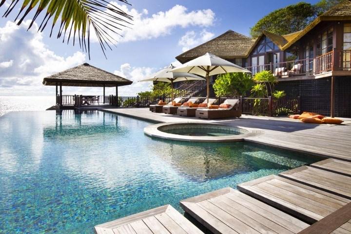 Der Poolbereich des Fregate Island Private mit Blick auf den indischen Ozean.