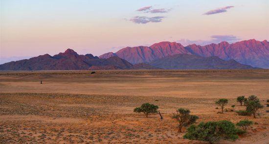 Atardecer en Naukluft rodeado por el desierto de Namibia
